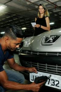 O carro de Cínthia Garcia, de 31 anos, recebeu as placas com QR code no momento da transferência.